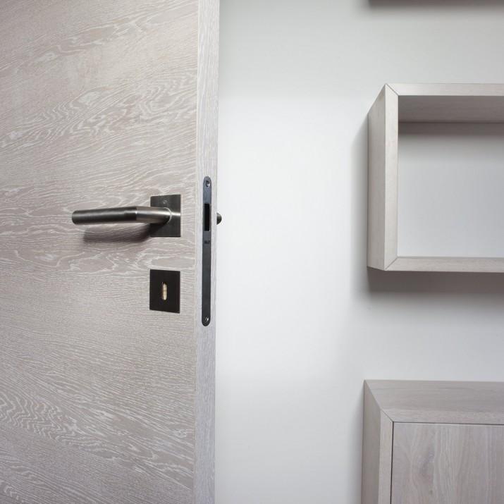 Dveře z běleného dubu s klikou s tenkou rozetou