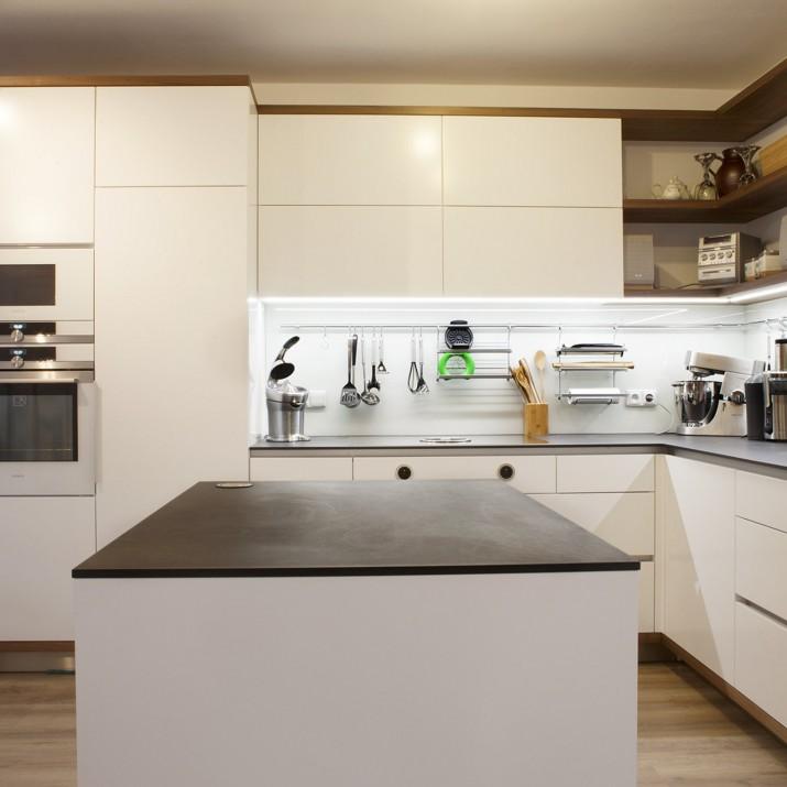 Kuchyně kombinace laku, ořechu a Richitte pracovní desky