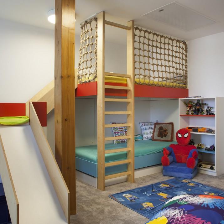 Tento pokoj pro chlapce je tvořen přírodními materiály a jasnými barvami