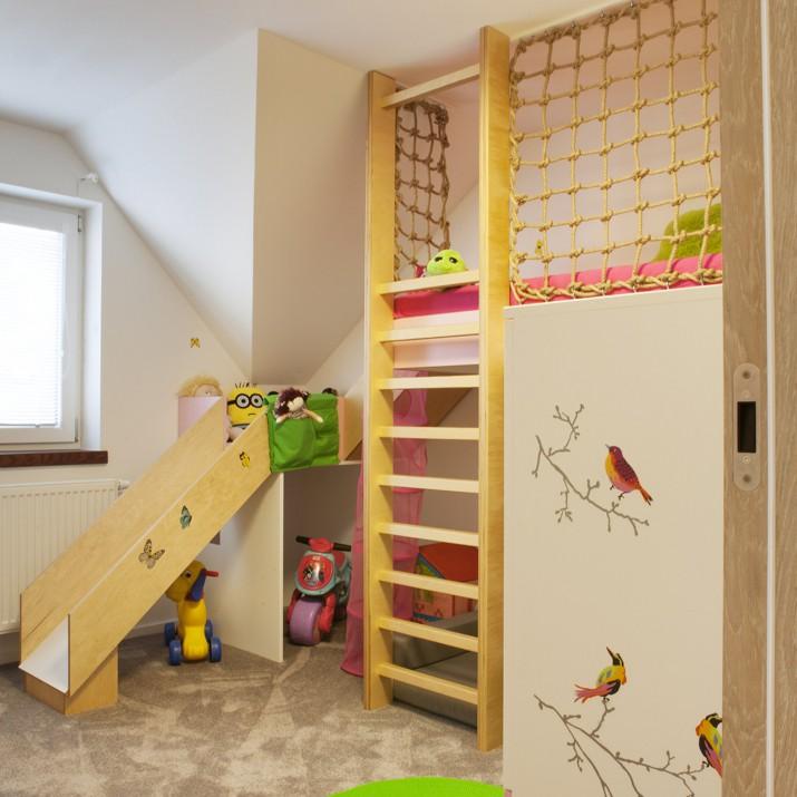 Tento pokoj pro holku je tvořen přírodními materiály a decentními barvami