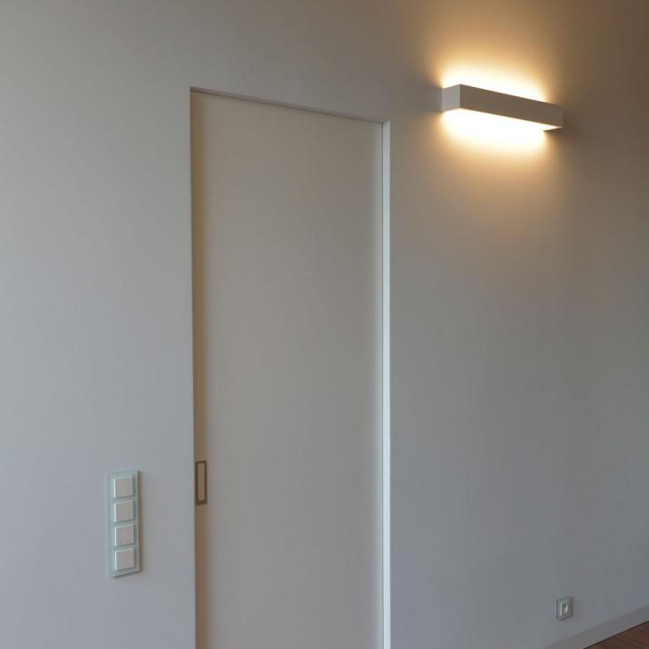 Bezzárubňové lakované posuvné dveře s mušlí maximal a Kueffner podlahovou lištou.