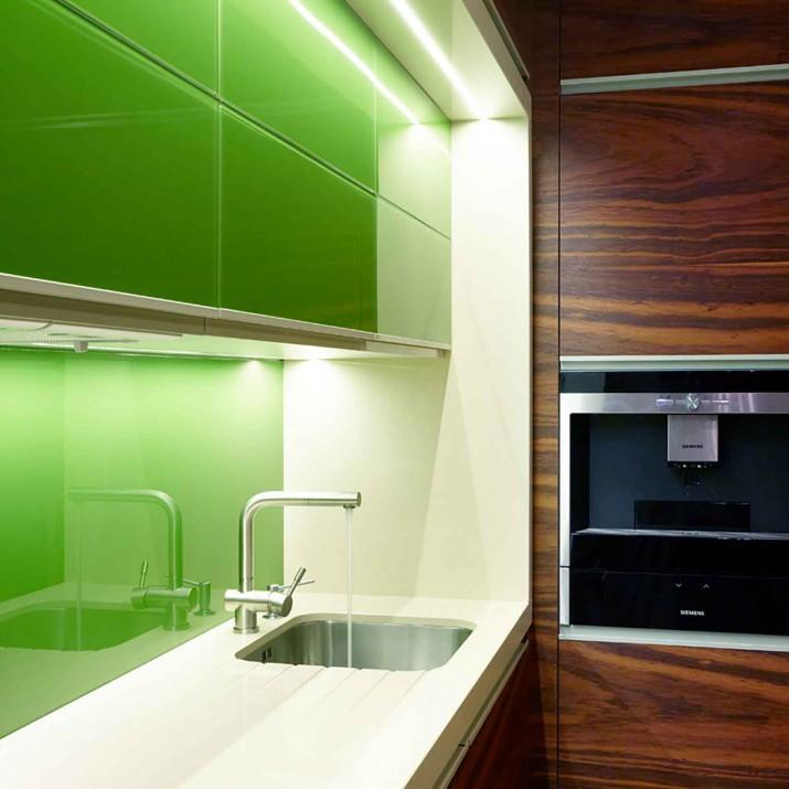 Byt Bedřichov I. - kuchyně z krásné dýhy v kombinaci se zeleným sklem.