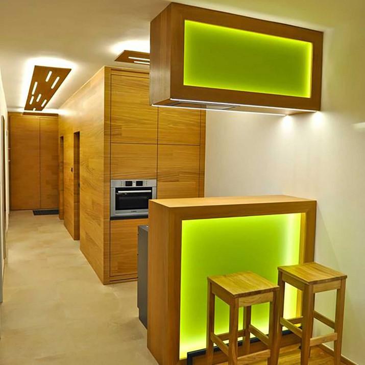 Byt Bedřichov II. - kuchyně s dřevěným obkladem přes celou chodbu včetně dveří.
