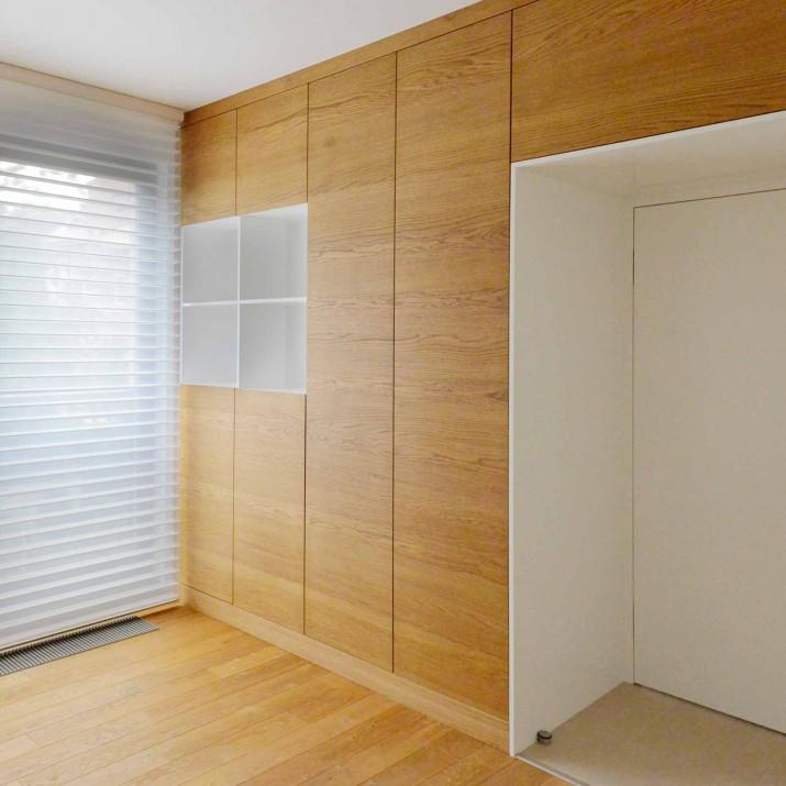 Byt Karlovy Vary - lakovaná skříň předělující místnost s přírodní dubovou dýhou.