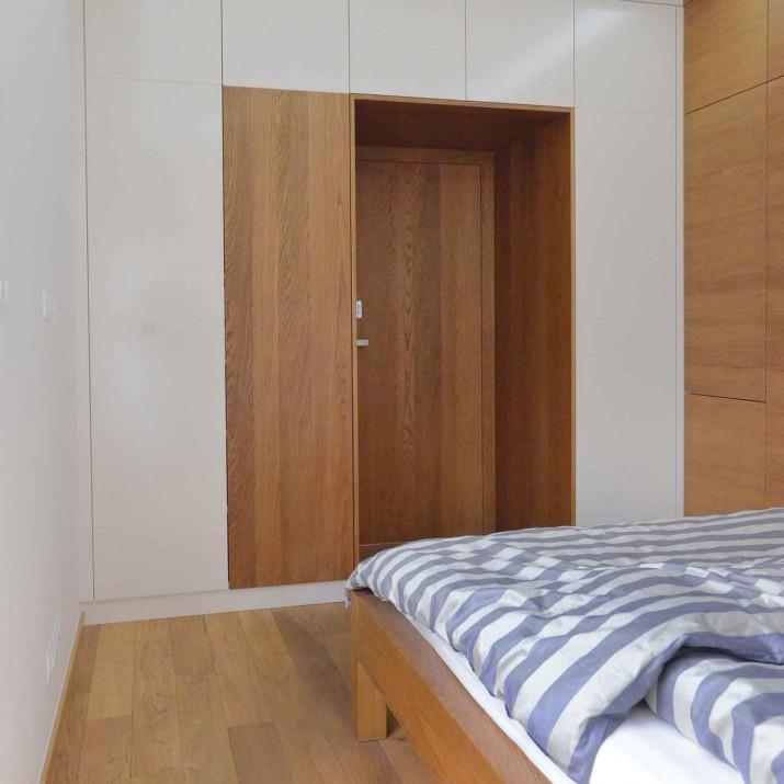 Byt Karlovy Vary - ložnice lakovaná bíle s přírodním dubem.