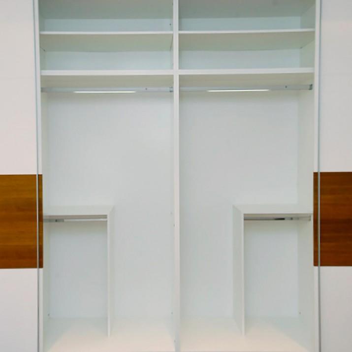 Byt Praha 1 - vnitřní prostor šatní skříně.
