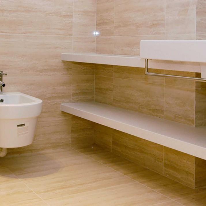 Byt Praha 1 - kamenné police v koupelně.