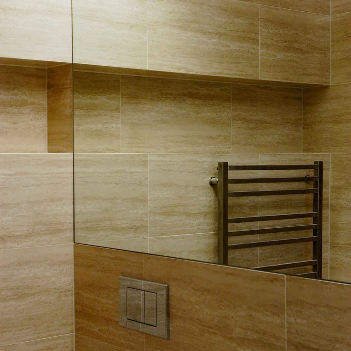 Byt Praha 1 - zrcadlový obklad v koupelně.