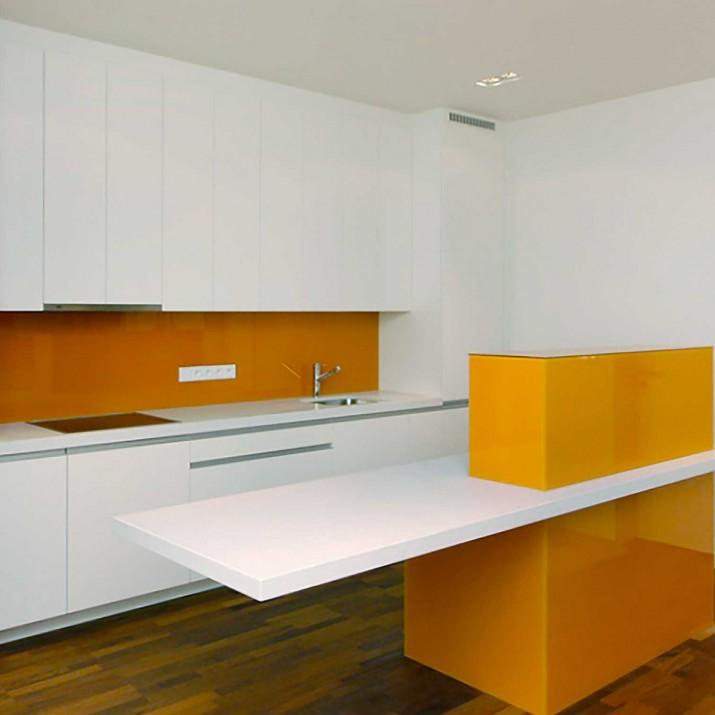 Byt Praha 1 - Kuchyně bíle lakovaná v kombinaci s oranžovým sklem.