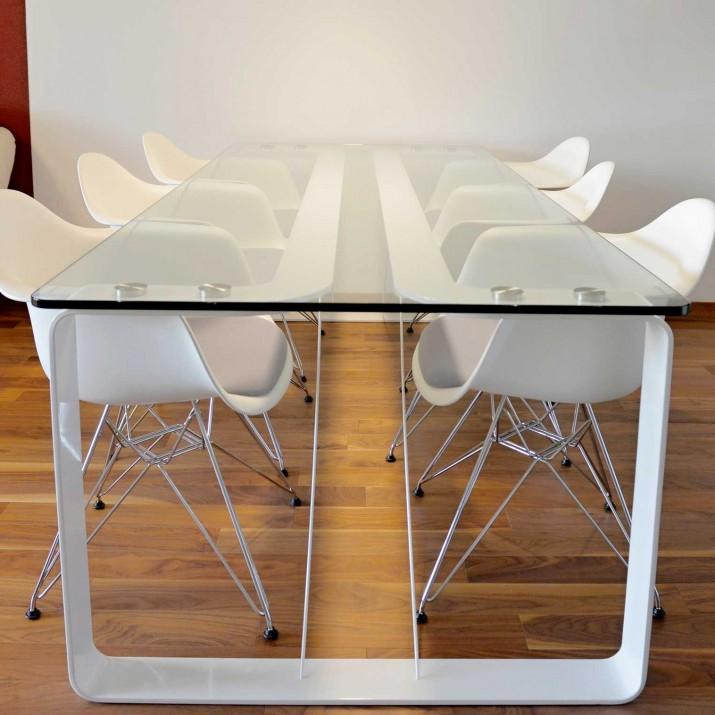 Byt Praha Barrandov - jídelní stůl kombinace kaleného skla a bílého podnoží ve vysokém lesku.