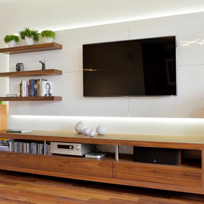 Byt Praha Barrandov - TV stěna v kombinaci amerického ořechu s bílým lakem ve vysokém lesku.