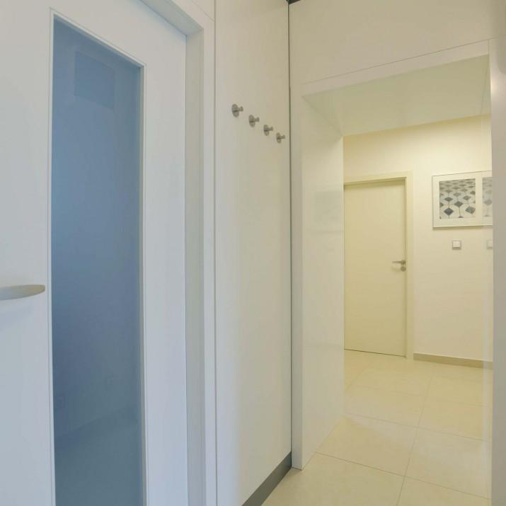 Byt Praha Chodov - zádveří s dveřmi v bílém laku s obložením.