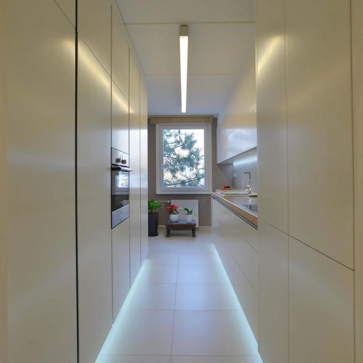 Byt Praha Chodov - kuchyně v bílém laku s masivní dubovou pracovní deskou.