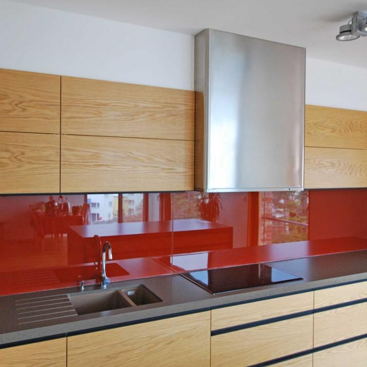 Byt Praha Dejvice - kuchyně kombinace přírodního dubu a barevného skla. Atyp digestoř.