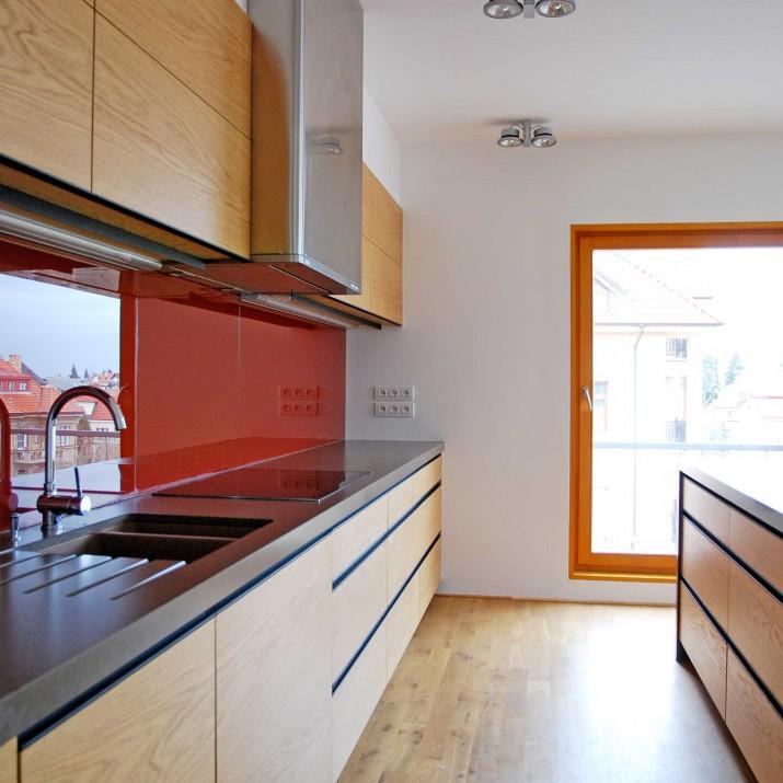 Byt Praha Dejvice - kuchyně kombinace přírodního dubu a barevného skla.