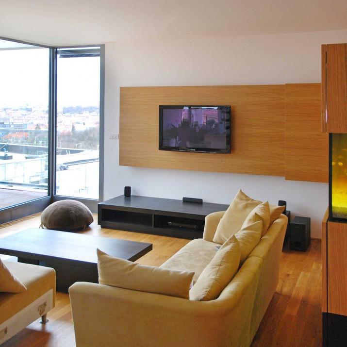 Byt Praha Dejvice - obývací prostor s akváriem je kombinací přírodního a mořeného dubu.