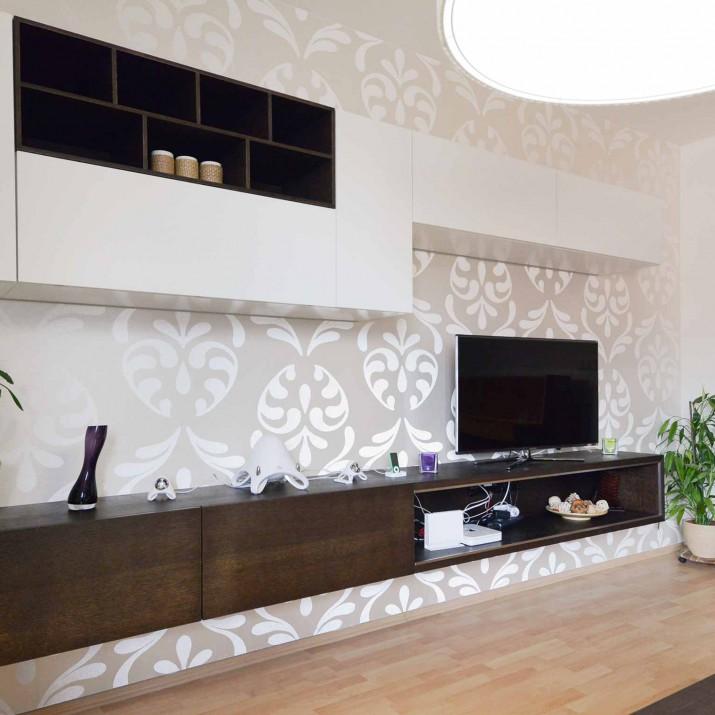Byt Praha Holešovice - obývací stěna v kombinaci mořeného dubu s lakem.