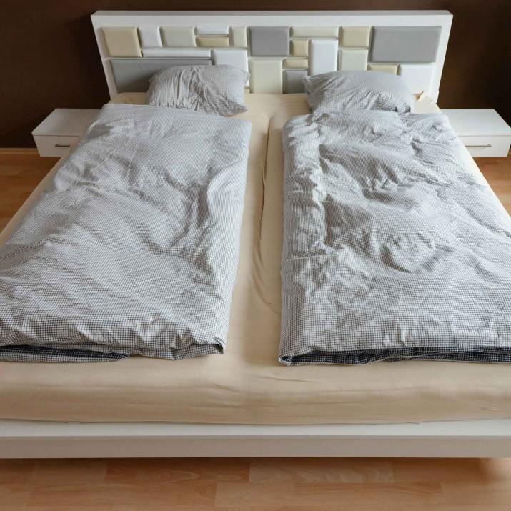 Byt Praha Holešovice - lakovaná postel s čalouněným čelem.