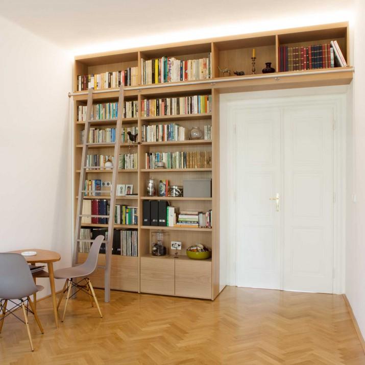 Byt Praha Letná - knihovna z běleného dubu s posuvným masivním žebříkem.