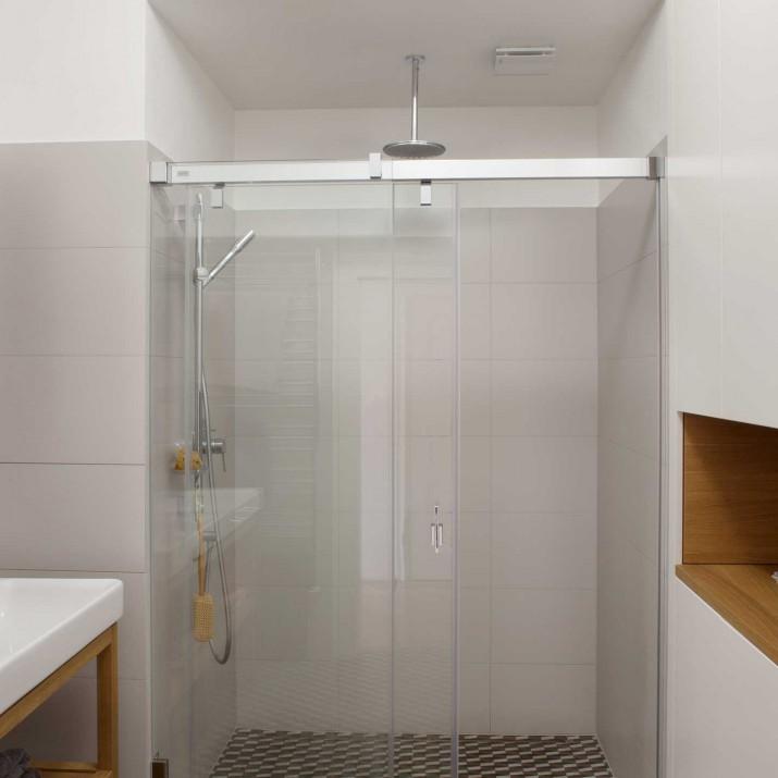 Byt Praha Letná - řešení koupelny v kombinaci přírodního dubu a laku.