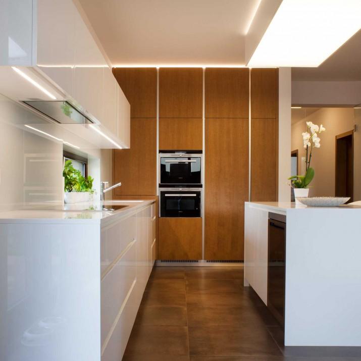 Rodinný dům Praha Štěrboholy - kuchyně kombinace mořeného dubu a laku ve vysokém lesku.