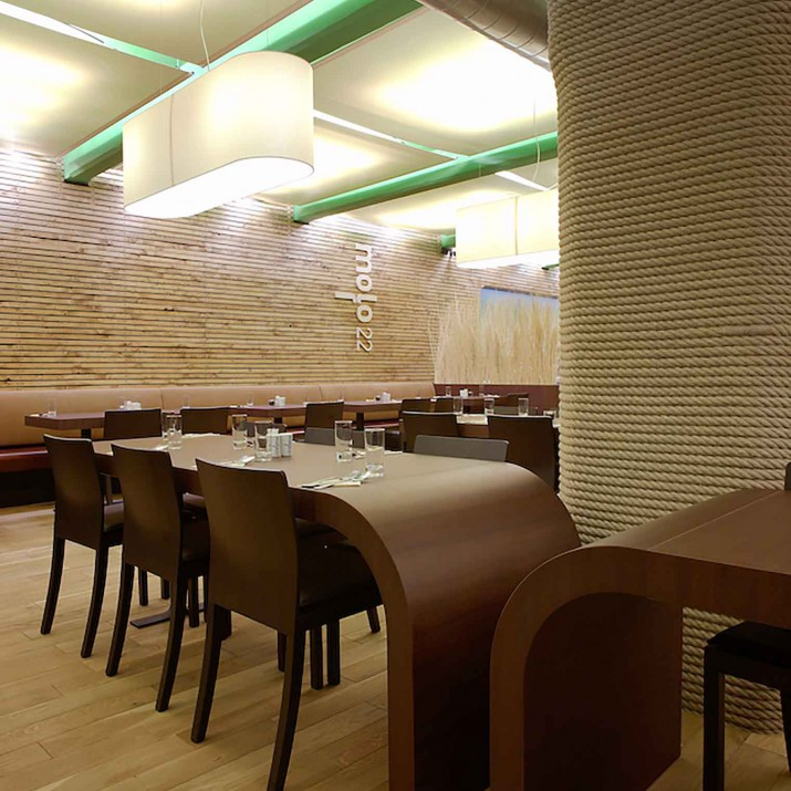 Restaurace Mollo 22 Praha Holešovice - detail ohýbaných stolů.