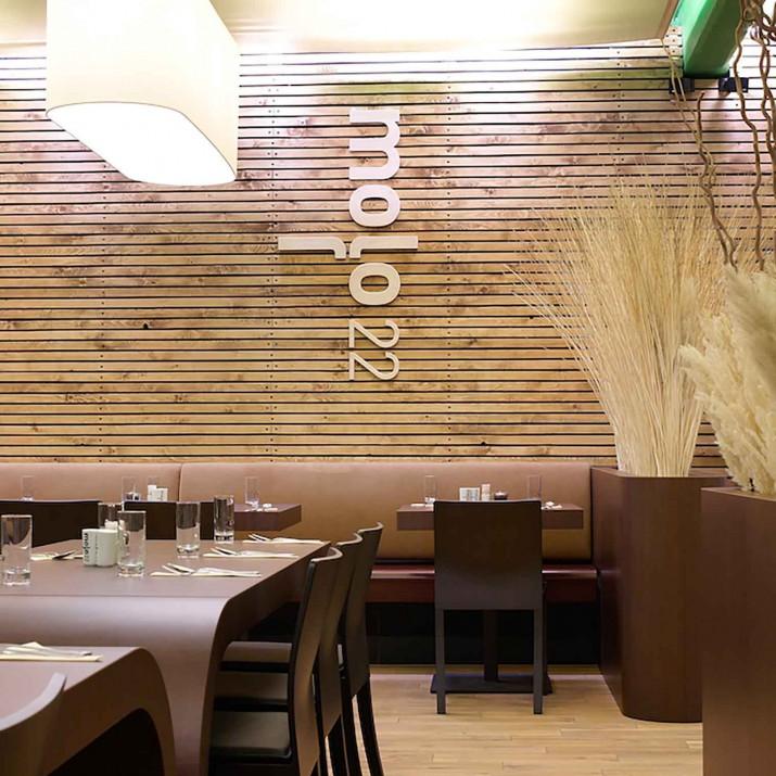 Restaurace Mollo 22 Praha Holešovice - pohled na laťový obklad s logem.