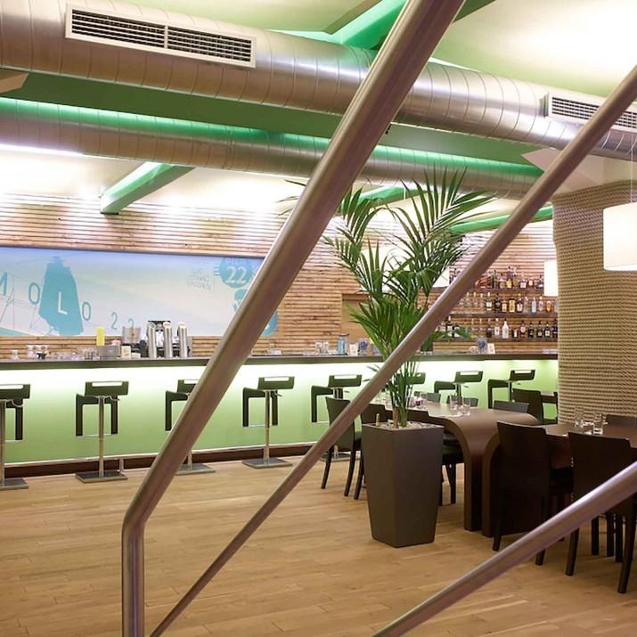 Restaurace Mollo 22 Praha Holešovice - pohled od schodů.