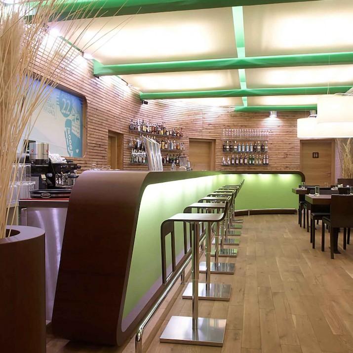 Restaurace Mollo 22 Praha Holešovice - laťový obklad a dlouhý bar z Oberflexu.