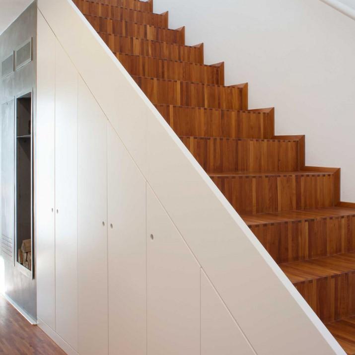 Rodinný dům Jesenice - lakovaný obklad schodiště s úložným prostorem.