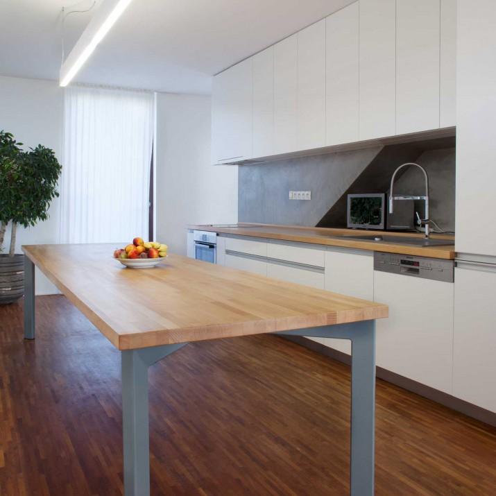 Rodinný dům Jesenice - lakovaná kuchyně s masivní bukovou pracovní deskou a stolem.