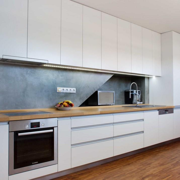 Rodinný dům Jesenice - lakovaná kuchyně s masivní bukovou pracovní deskou.