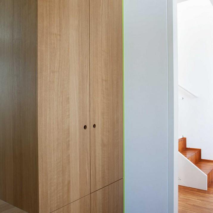 Rodinný dům Jesenice - zádveří z přírodního dubu a lakované zelené barvy.