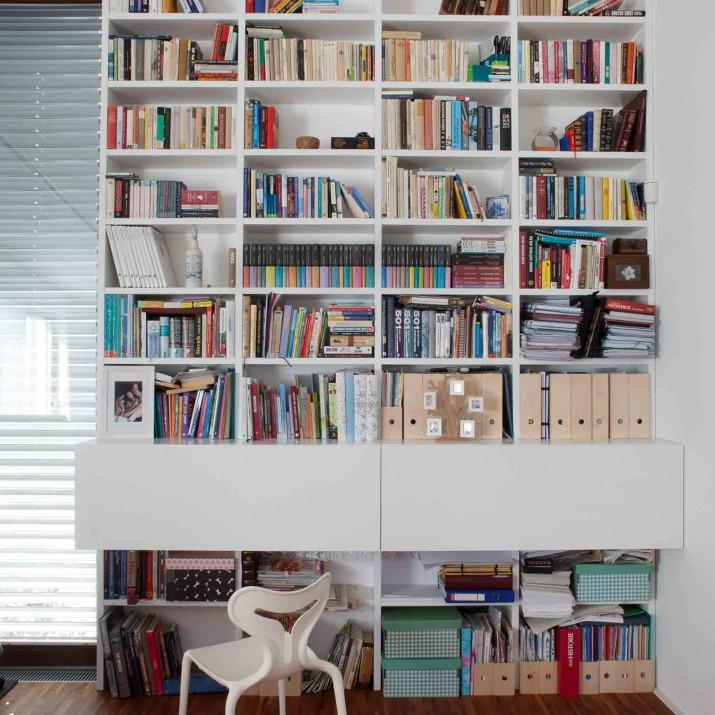 Rodinný dům Jesenice - lakovaná knihovna se sklopnými pracovními stoly.