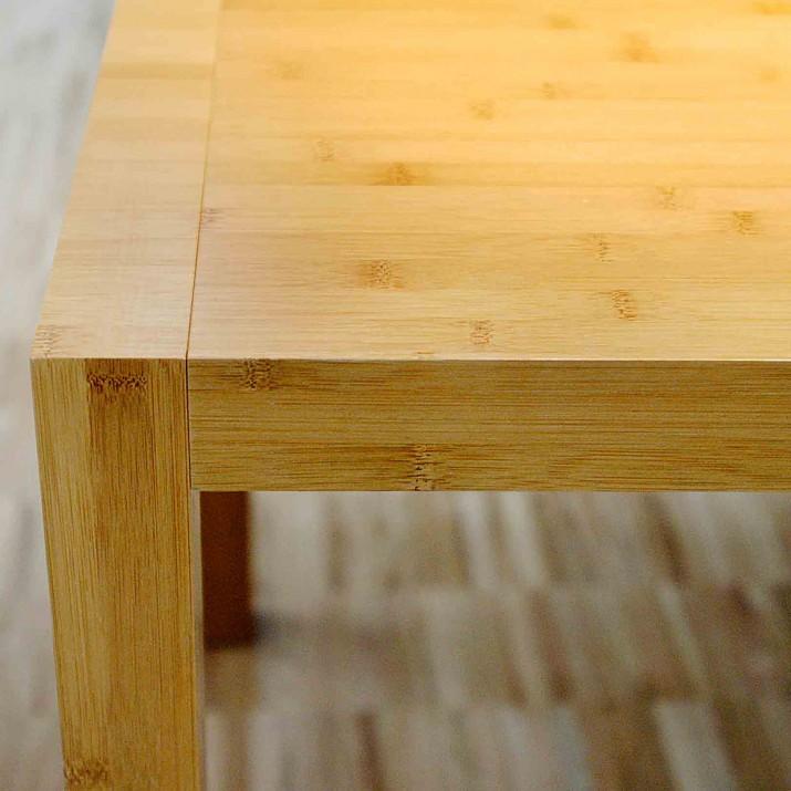 Rodinný dům Kostelec u Křížku - detail jídelního stolu z bambusu.