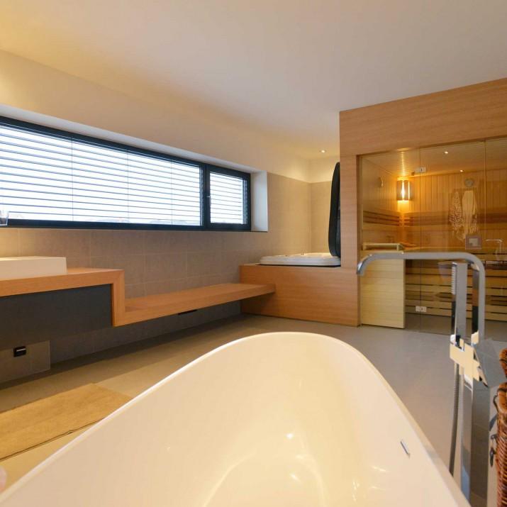 Rodinný dům Praha Chabry - koupelna s výřivkou a saunou.