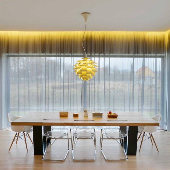 Rodinný dům Praha Chabry - jídelní stůl z masivního dubu s kovovým podnožím.