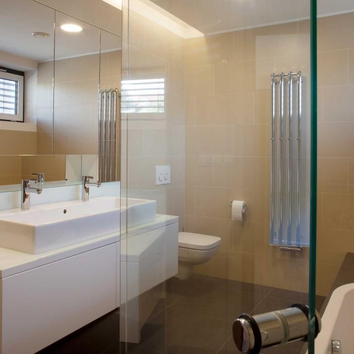 Rodinný dům Praha Řeporyje - koupelnový nábytek a skleněné prvky.