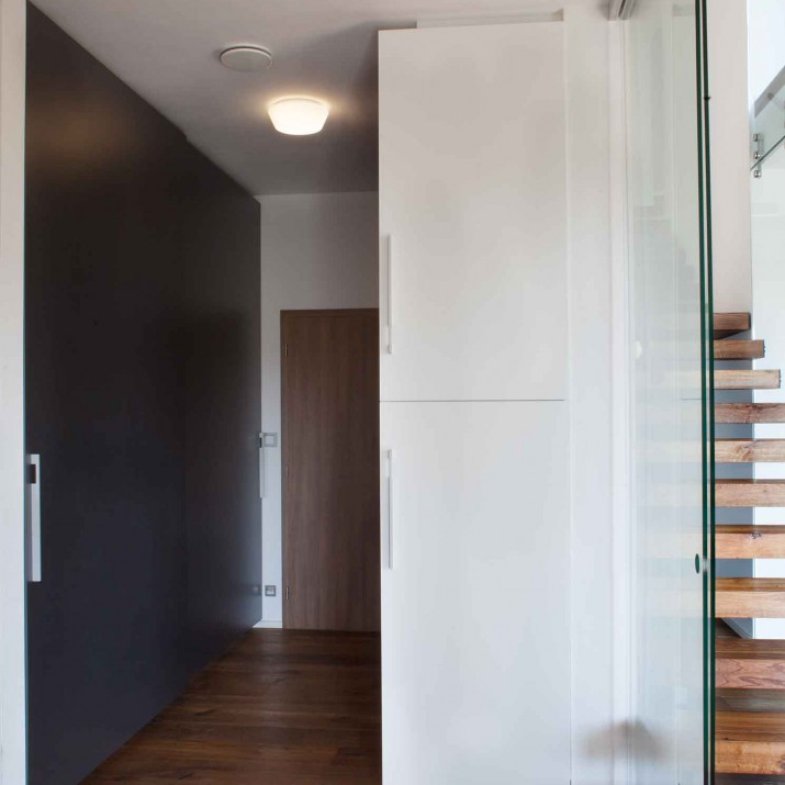 Rodinný dům Praha Řeporyje - zádveří se skříněmi a skleněnými posuvnými dveřmi Hawa.