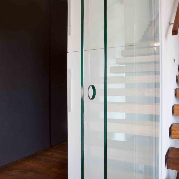 Rodinný dům Praha Řeporyje - detail posuvných skleněných dveří Hawa.