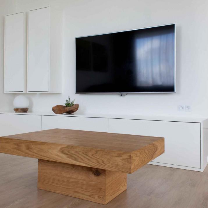 Rodinný dům Tehov - konferenční stůl z dubové přírodní dýhy s TV stěnou ve vysokém lesku.