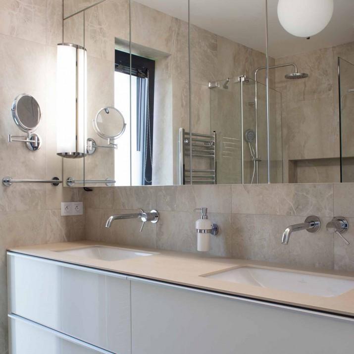 Rodinný dům Tehov - koupelna v kombinaci zrcadla a laku ve vysokém lesku.