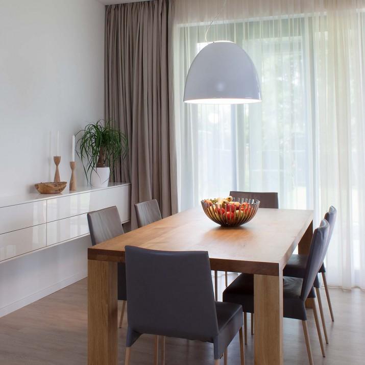 Rodinný dům Tehov - masivní dubový stůl s komodou ve vysokém lesku.