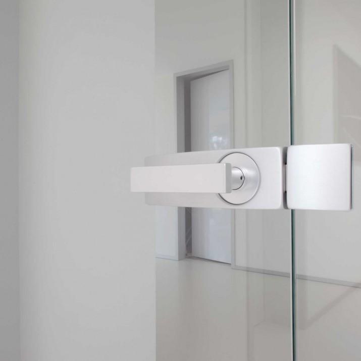 Rodinný dům Žitenice - detail kliky a protiplechu v kaleném skle.
