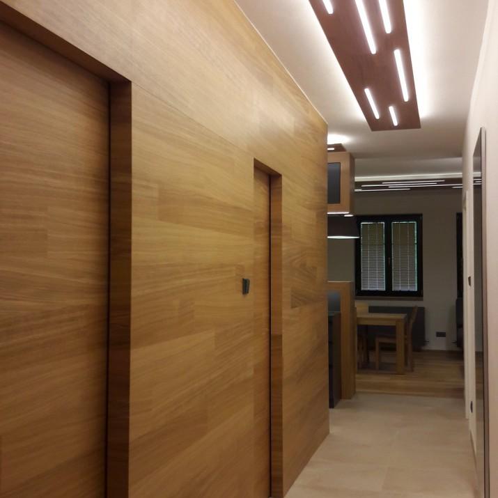 Byt Bedřichov - dřevěný obklad s dveřmi.