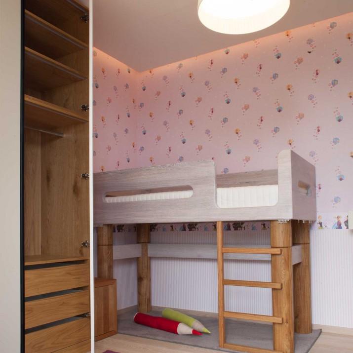 Byt Praha Jarov - tento dětský pokoj s masivní postelí s ortopedickou matrací je doplněn skříní s dubovým nasvětleným vnitřním uspořádáním. Vnější povrch skříně je přitom lakován krémovou barvou. Veškeré dřevěné části jsou kartáčovány a povrchově upraveny voskoolejem.