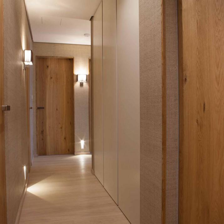 Byt Praha Jarov - v chodbě je kombinace stejných materiálů jako v celém interiéru. Dominantu tvoří dveře se skrytou zárubní s dubovou kartáčovanou dýhou povrchově upravenou voskoolejem.