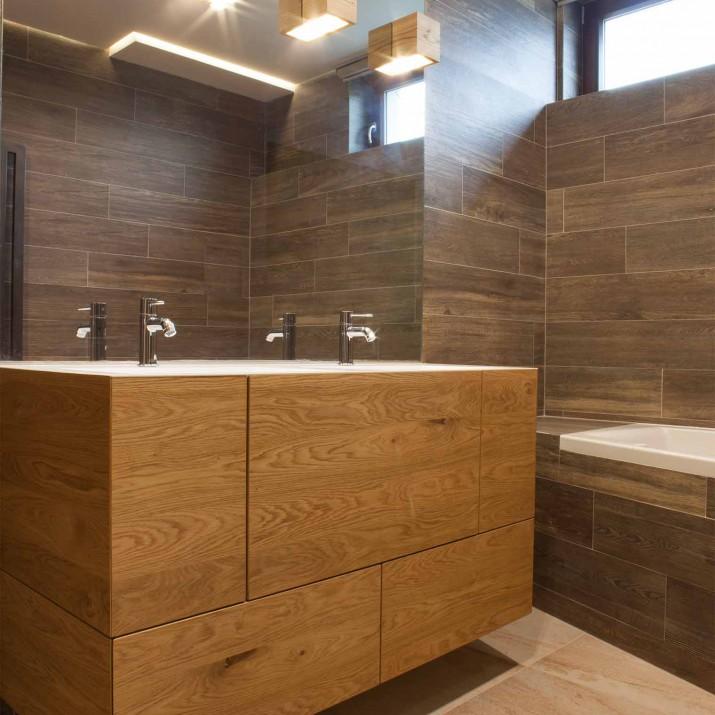 Byt Praha Jarov - dubový koupelnový nábytek kartáčovaný bez viditelných hran, povrchově upravený nejdříve penetrací do vlhkého prostředí a následně voskoolejem.