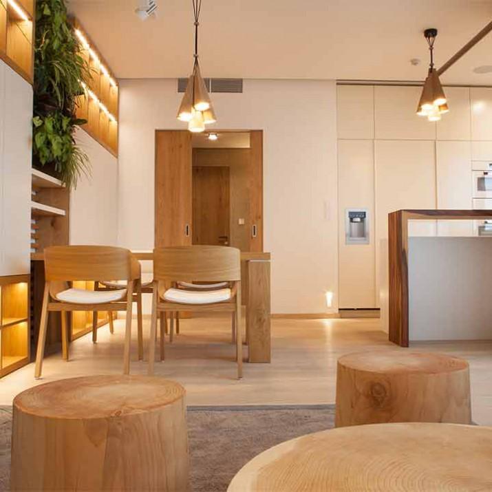 Byt Praha Jarov - pohled na jídelnu s kuchyní. Navzájem sladěné barvy a materiály dělají jedinečnou atmosféru tohoto bytu.