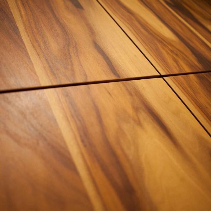 Byt Praha Jarov - detail dýhy palisandru. Nádherné dřevo vyzdvihne povrchová úprava voskoolejem pro exotické dřeviny.